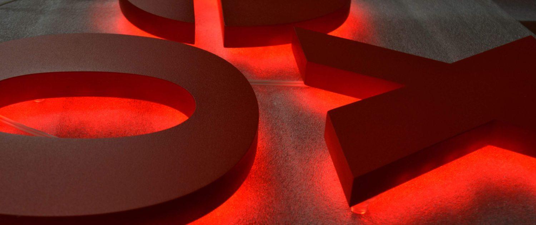 lettre rétro éclairée rouge