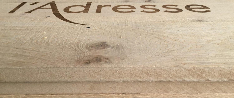 enseigne gravée sur bois